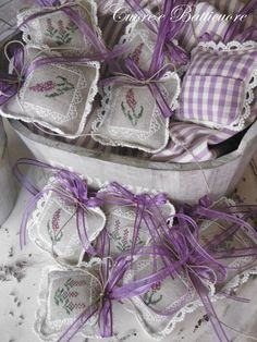Cuore e Batticuore - love the back of these!  I do this with large pillows, but never thought to do it for sachets!  Nifty!
