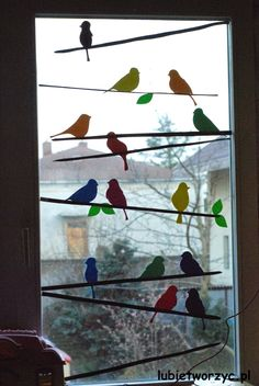 The decoration, which can be seen in the pictures, shows a flock of birds sitting - New Deko Sites Decoration Creche, Class Decoration, School Decorations, Spring Decorations, Ideas For Classroom Decoration, Classroom Window Decorations, Bird Crafts, Easter Crafts, Diy And Crafts