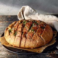 Fylt brød med basilikumsmør og mozzarella – Ourkitchenstories Mozzarella, Baked Potato, Pork, Food And Drink, Meat, Baking, Ethnic Recipes, Samsung, Alternative