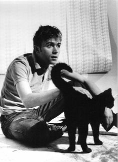 Damon Albarn born 23 March 1968 in Whitechapel, London) is an English musician, singer-songwriter, record producer and actor who came to prominence as the frontman and primary songwriter of the alternative rock band Blur. Joseph Gordon Levitt, Jamie Hewlett, Rami Malek, Christian Bale, Blur Band, Celebrities With Cats, Celebs, Men With Cats, Tv Movie