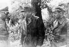 """Josef """"Sepp"""" Dietrich (Kommandeur des 1.SS-Panzerkorps), Michael Wittmann (Chef der 2.Kompanie der s.SS.Pz.Abt.101) und Hermann """"Bibl"""" Weiser (Adjutant im 1.SS-Panzerkorps) in Villers Bocage."""