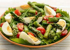 Salata cu sparanghel, ou fiert si rosii