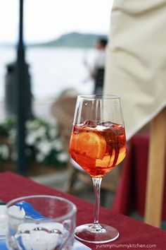aperol spritz recipe Aperol Spritz is one of the most popular cocktails in Italy. Summer Drinks, Fun Drinks, Alcoholic Drinks, Beverages, Aperol Spritz Recipe, Lake Garda Italy, Most Popular Cocktails, Yummy Mummy, Northern Italy