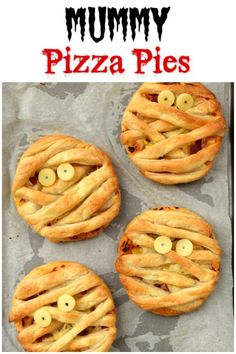 Easy Mummy Puff Pastry Pizza Pies recipe - this fun Halloween food for kids is perfect for party food, lunch boxes or a fun Halloween meal Cute Mummy Puff Pastry Pizza Pies - fun Halloween food for kids - great Halloween party food Halloween Snacks, Essen Halloween Party, Halloween Party Appetizers, Fete Halloween, Halloween Dinner, Halloween House, Scary Halloween, Halloween Themed Food, Halloween Recipe