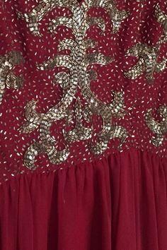Victoria Royal - Robe de Soirée - Mousseline Bordeaux et Perles Dorées