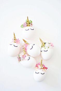 Trend und zu schön: Ostereier als Einhorn mit Blumen und goldenem Horn