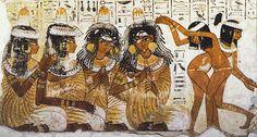 Una de las mayores revoluciones artísticas del Arte Egipcio: Intérpretes situadas frontalmente, no de perfil.