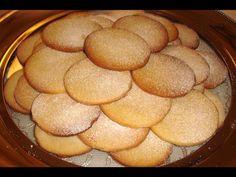 Křehké sušenky s lískovými oříšky budou všem chutnat.
