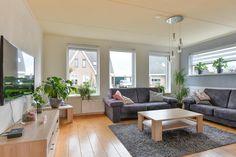 Te koop: Tjaddinxlaan 14, 't Veld - Hoekstra & van Eck Makelaars. Deze leuke 2-onder-1-kap woning is lekker ruim opgezet en heeft een aangename lichtinval in alle ruimtes. De fraaie tuin met een ideale zon ligging en de jonge buurt waar ook veel gezinnen met kinderen wonen maken het totaalplaatje compleet!