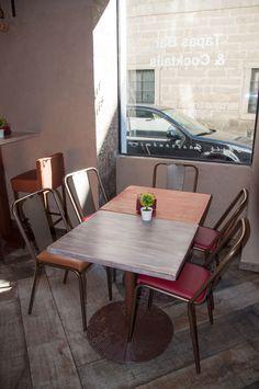 Enmarcado dentro de la plaza de San Lorenzo de El Escorial se encuentra KU4TRO un bar restaurante con un gusto impecable. Para este trabajo se nos encargo el diseño y realización de todo el mobiliario del mismo. Después de alguna reunión con los propietarios ya teníamos las ideas claras de lo que querían y lo