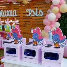 Fofurômetro explodindo com esse fogão da borboletinha pra uma festa Galinha Pintadinha lindamente decorada pela parceira… Ideas Para Fiestas, Cardboard Crafts, Favor Boxes, Candy Colors, Birthday Candles, First Birthdays, Party Themes, Banner, Birthday Parties