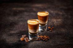 Nalewka kawowa na spirytusie to likier, który każdy moze przygotować samodzielnie. Najlepsze przepisy są bardzo smaczne i mało skomplikowane Color Composition, Coffee Cocktails, Drinks, Liqueur, Background Vintage, Shot Glasses, Tiramisu, Candle Jars, Creme