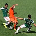 Arjen Robben of the Netherlands is challenged by Rafael Marquez (L)