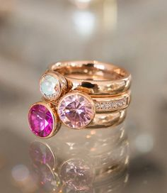 Deze MelanO-combinatie bestaat uit 2 rosekleurige Twisted ringen met een meddy 6mm AB en een meddy 8mm fuchsia + een Twisted CZ chrystal met een meddy 8mm in pink #MelanO #babazou #goodmoodaccessoires #ring #jewellery #fashion
