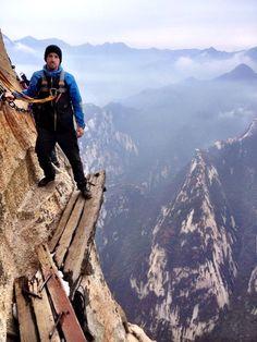 Uno de los más peligrosos caminos del mundo, el monte Huashan en China.