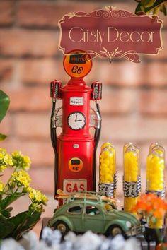 A bomba de gasolina linda da rota 66, com uma fusquinha e pranchas de surf e tubetes com apliques da letra H, do querido Heitor!