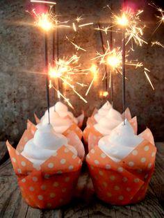I cupcakes scintillanti per capodanno sono semplici tortine alla vaniglia sormontate da una montagna di panna e decorate con degli sparkler, ovvero le famose stelline di capodanno