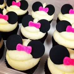 Minnie Mouse cupcakes – cute and delicious Mini Mouse Cupcakes, Minnie Cupcakes, Kid Cupcakes, Minnie Mouse Cake, Cute Cookies, Cupcake Cookies, Yummy Treats, Sweet Treats, Minnie Birthday