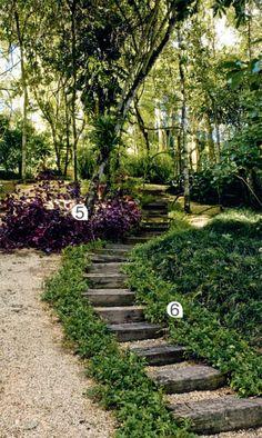 Canteiros floridos, gramados com pontos de contemplação e áreas de mata nativa. Caminhos de pedra e madeira unem um canto a outronesta casa de campo, próxima a Belo Horizonte.