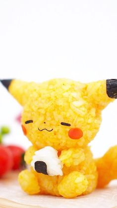 A Pikachu rice ball eating a rice ball! 11 Pokémon Rice Balls That Are Too Cute To Actually Eat Japanese Food Art, Japanese Snacks, Japanese Sweets, Japanese Candy, Pikachu, Cute Bento Boxes, Cute Baking, Cute Food Art, Kawaii Bento