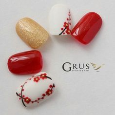 Beautiful design- red, white,gold and flowers New Year's Nails, Red Nails, Swag Nails, Pretty Nail Art, Beautiful Nail Art, Fancy Nails, Cute Nails, New Years Nail Art, Floral Nail Art