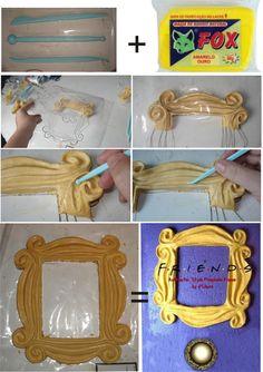 F.R.I.E.N.D.S peephole frame:     Voce vai precisar de massa para biscuit na cor amarelo ouro, um saco plástico transparente e espátulas. Faça o desenho da moldura nos dois pedaços de plástico, e fixe os mesmos na mesa com durex. Molde a massa de biscuit por cima do desenho, abaixe o plastico e com uma espátula fina, transfira o desenho para a massa. Depois, é utilizar as mãos e as espátulas. Para deslizar melhor, utilize creme hidratante. Depois de pronto esperar 6 dias para secar. :D