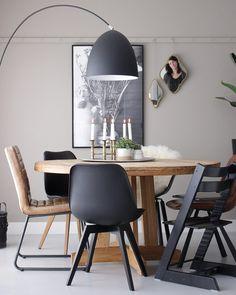 ronde eettafel met zwarte stoelen