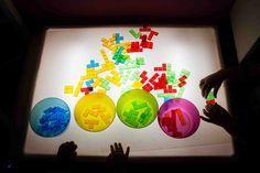 Sensory Rooms, Sensory Table, Reggio Emilia, Light Table, Lamp Light, Art Classroom Posters, Art For Kids, Crafts For Kids, Licht Box