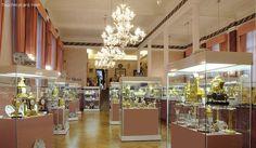 Musée arts décoratifs et pendules à Mons. Face à la collégiale Sainte-Waudru découvrez un authentique musée.