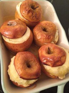 """Les pommes au four façon grand-mère d'Astrid du blog """"Gourmiland"""" inspirées du blog """"Aime & Mange"""" Bagel, Doughnut, Bread, Desserts, Blog, Baked Apples, Greedy People, Recipe, Kitchens"""