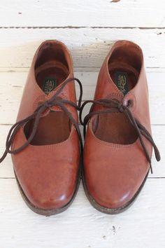 sweeeeet little vintage shoes! Cognackleurige beauties... www.sugarsugar.nl
