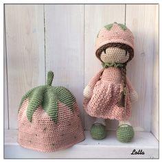 Min söta lilla systerdotter har precis lärt sig att gå och det måste ju premieras. Så moster har virkat en liten hallon-mö... Baby Knitting Patterns, Crochet Dolls, Crochet Hats, Diy Handbag, Love Crochet, Baby Design, Amigurumi Doll, Crochet Animals, Handmade Toys