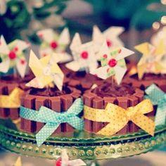 Cupcakes de kit kat da @frescurinhaspersonalizadas!  #cupcakes #kitkat #festainfantil