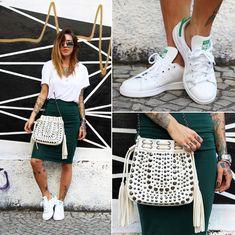 Aquí te enseñamos a agregarle unas cómodas zapatillas blancas a tu look.