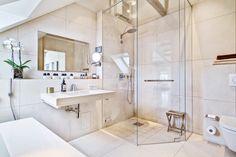 grand carrelage pour sensation d'espaces - salle de bain