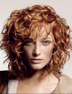 Mode coupe cheveux frisés tete ronde