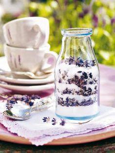 Açúcar com Lavanda Sugar with Lavender Lavender Recipes, Edible Lavender, Lavender Ideas, Color Lavanda, Lavender Cottage, French Lavender, Edible Flowers, Provence Style, High Tea