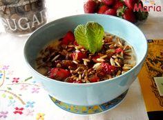 Crema de copos de avena con fresas, pasas y pipas de girasol. Ver la receta http://www.mis-recetas.org/recetas/show/41716-crema-de-copos-de-avena-con-fresas-pasas-y-pipas-de-girasol