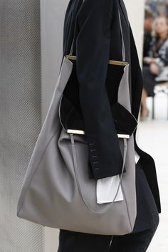 The complete Celine Spring 2017 Ready-to-Wear fashion show now on Vogue Runway. Stylish Handbags, Fashion Handbags, Fashion Bags, Fashion Accessories, Paris Fashion, Luxury Fashion, Fashion Mode, Fashion Show, Womens Fashion