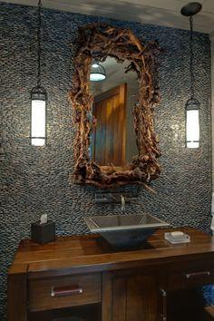Spiegelrahmen aus Treibholz das gewisse Etwas dem Bad verleihen Steinwand Mosaik grau –Zinkwaschbecken zwei Hängeleuchten sehr erhaben