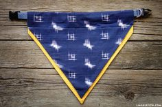 Give your four-legged friends some style by making your own DIY dog bandana. This simple project will only take a few minutes on the sewing machine. Puppy Bandana, Dog Collar Bandana, Diy Dog Collar, Dog Collars, Bandana For Dogs, Bandanas, Diy Pet, Diy Dog Costumes, Diy Holz
