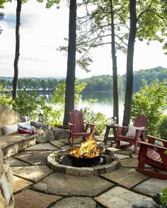 These fire pit ideas and designs will transform your backyard. Check out this list propane fire pit, gas fire pit, fire pit table and lowes fire pit of ways to update your outdoor fire pit ! Find 30 inspiring diy fire pit design ideas in this article. Diy Fire Pit, Fire Pit Backyard, Fire Pits, Haus Am See, Lake Cabins, Mountain Cabins, Backyard Landscaping, Landscaping Ideas, Backyard Patio