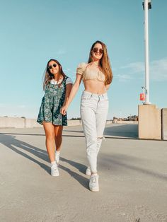 Rooftop Photoshoot, Photoshoot Themes, Cute Poses For Pictures, Cute Friend Pictures, Best Friend Fotos, Friendship Photoshoot, Best Friends Shoot, Girl Photo Shoots, Friend Poses