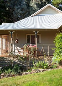 Escape to the country: Cottage garden retreat Rambling roses and rustic arbours set the scene at this beautiful country house in Victoria The post Escape to the country: Cottage garden retreat appeared first on Architecture Diy. Country Cottage Garden, Farm Cottage, Country Farm, Cottage Homes, Country Cottages, Modern Cottage, Rustic Arbor, Weatherboard House, Queenslander House