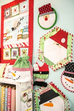 Now these Christmas wall hangings are too darn cute.