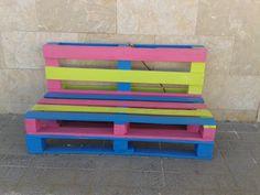 Banc fet amb palés al pati de l'escoleta de La Salle Maó. Jorge. Pallet Seating, Pallet Crates, Pallet Sofa, Wood Pallets, Diy Pallet Projects, Outdoor Projects, Wood Projects, Pallet Furniture And Decor, Building Furniture