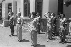 Kolonel J.H.M.U.L.E. Ohl menyalami Slamet Riyadi di acara serah terima kota Solo, 12 November 1949