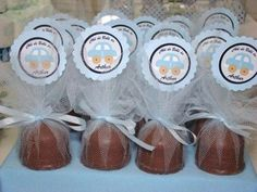 lembrancinha chá de bebê menino com trufas Shower Bebe, Baby Boy Shower, Baby Shawer, Minnie, Wedding Favours, Baby Decor, Holidays And Events, Party Gifts, Diy And Crafts