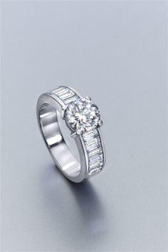 Selección de joyas, pendientes y anillos de oro y diamantes: anillo de oro blanco y diamantes tipo solitario