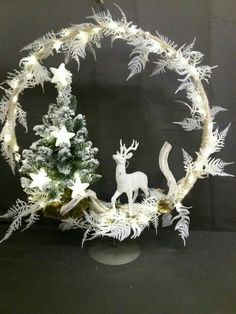 Angel of Christmas Wings Krone # Crown # Wings Engel von Weihnachten - WeihnachtWeihnachtsengel Kranz Kranz – Same Mach - Christmas IdeaJust links to picture, but love this Angel Wing Christmas Decoration instead of a wreath! Christmas Deer Decorations, Christmas Arrangements, Christmas Centerpieces, Holiday Wreaths, Christmas Ornaments, Floral Arrangements, Christmas Projects, Holiday Crafts, Christmas Time